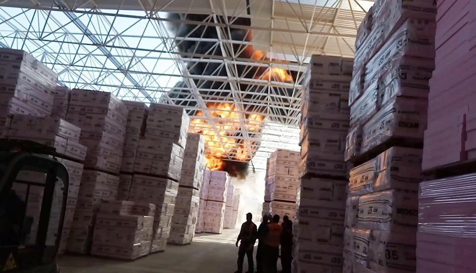 Yalıtım malzemesi fabrikası cayır cayır yandı