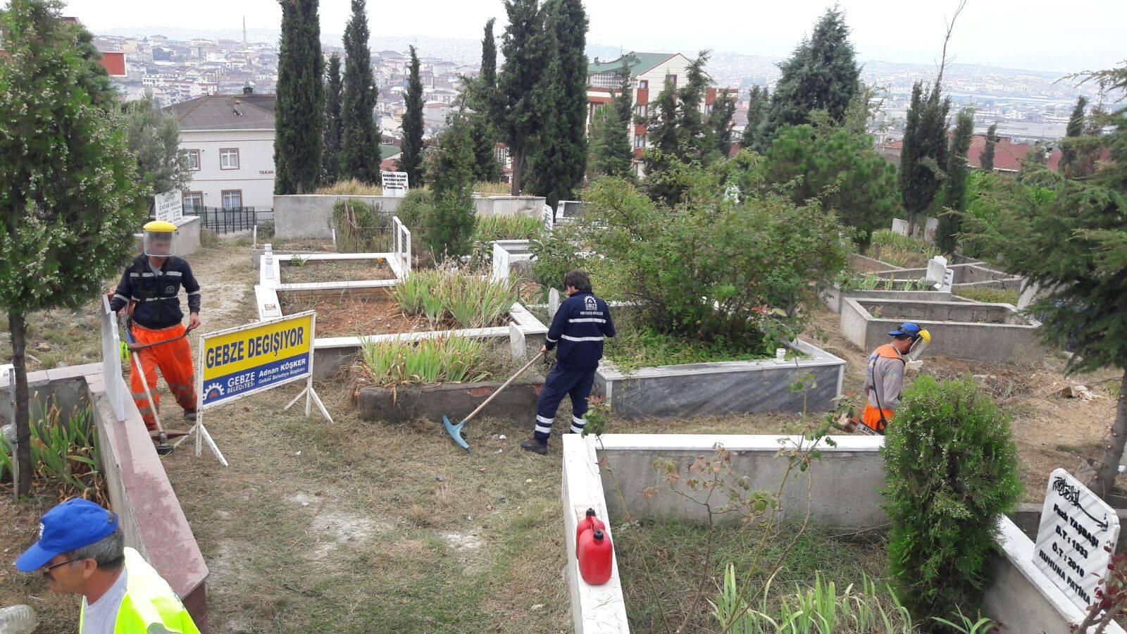 Mezarlıklarda hummalı çalışma