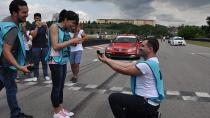 Yarış pistinde evlenme teklifi
