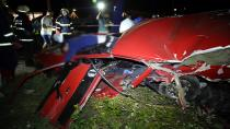 Park halindeki TIR'a çarpan otomobil parçalandı: 4 ölü 1 yaralı