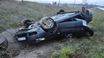 Otomobil kaygan zeminde takla attı: 2 yaralı