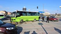 Kamyon, yolcu otobüsüne çarptı