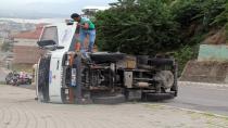 İçi boş kamyonet ters devrilerek durabildi