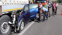 Otomobil TIR'a çarptı: 3 ölü