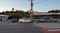 2 araç kafa kafaya çarpıştı: 2 yaralı