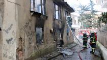Alev alev yanan evi balkondan hortumla söndürmeye çalıştılar
