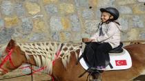 Atlı Binicilik Merkezi'nde Atlı Terapi Eğitimleri
