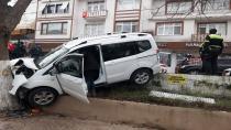 Kontrolden çıkan hafif ticari araç ağaca çarptı: 1 yaralı