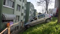 Kocaeli'de kontrolden çıkan otomobil, istinat duvarına çarptı