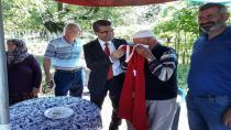 Ekinci, köylerde Türk bayrağı dağıttı