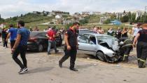 Kontrolden çıkan 2 otomobil kafa kafaya çarpıştı: 1'i ağır 3 yaralı