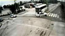 Servis otobüsü lüks otomobile böyle çarptı