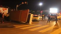 Otomobil ile çarpışan kamyonet yan yattı: 3 yaralı