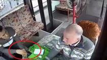 Kaşla göz arasında otobüs sürücüsünün telefonunu çaldı