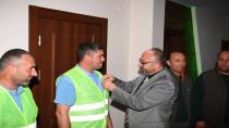 Çöpteki altın ve para dolu çantayı sahibine teslim eden işçi ödüllendirildi